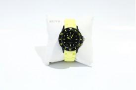 Reloj plástico caja redonda esfera negra correa plástico amarilla