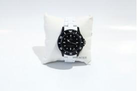 Reloj plástico caja redonda esfera negra correa plástico blanca